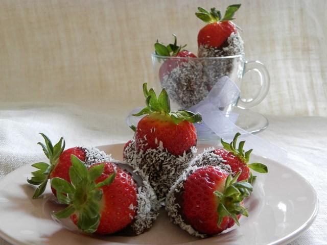 Fragole ricoperte di cioccolato fondente e cocco