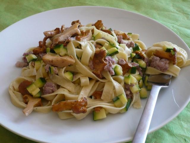 Tagliatelle con zucchine finferli e salsiccia