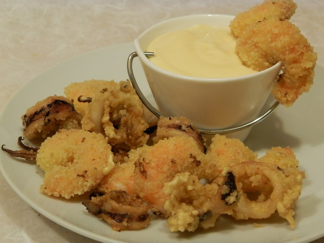 Fritto di mare in crosta di cuscus con maionese all'arancia