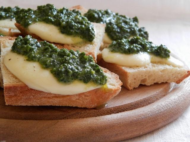 Bruschette mozzarella ed erbe aromatiche