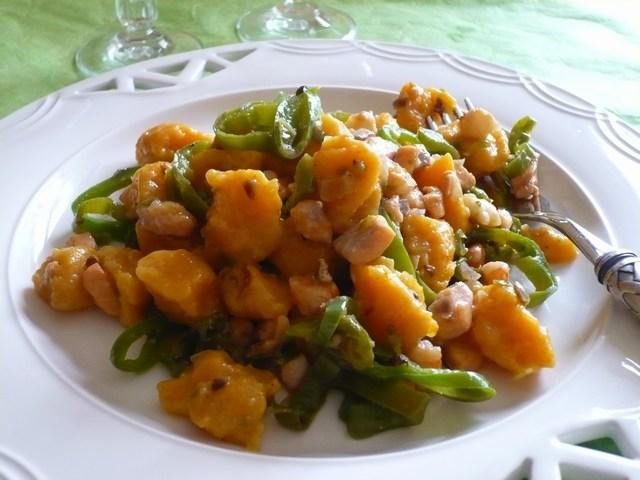 Gnocchi di zucca con ragù di pesce e peperoncini verdi