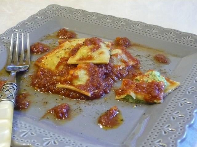 Ravioli ricotta e bietoline con sughetto speziato