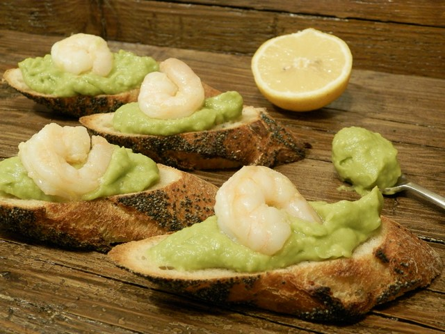 Crostini con crema di avocado e gamberi al limone