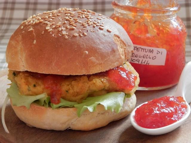 Veggy burger ai ceci e confettura di peperoncini piccanti