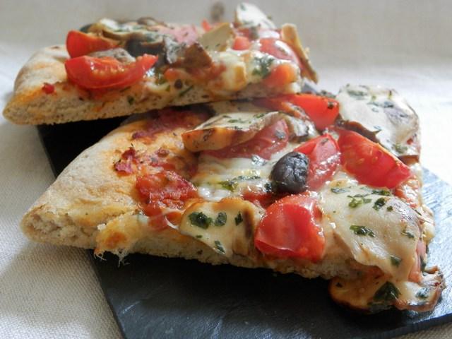 Pizza semintegrale alta con porcini e doppio pomodoro