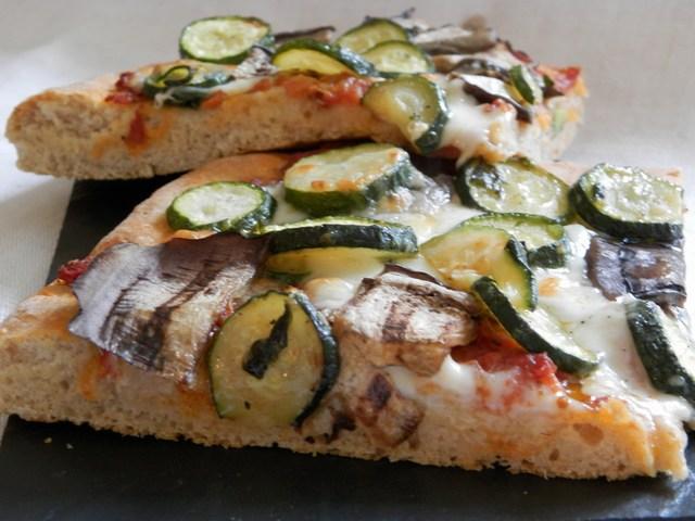 Pizza semintegrale alta con zucchine aglio e basilico