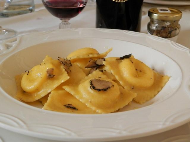 Tortelli ripieni di fonduta e patate al tartufo nero