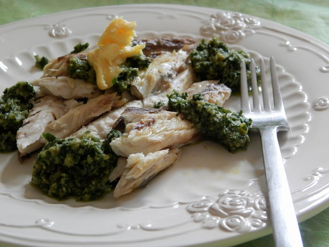 Branzino alla griglia con salsa verde e burro all'arancia