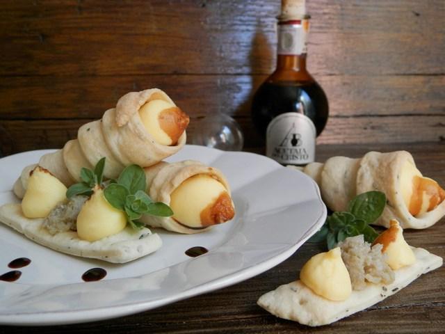 Cannoncini di briseé all'origano fresco ripieni di crema pasticcera salata variegata all'aceto balsamico tradizionale di Modena