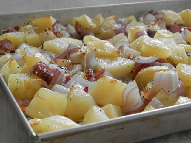 Teglia di patate e cipolle alla pancetta