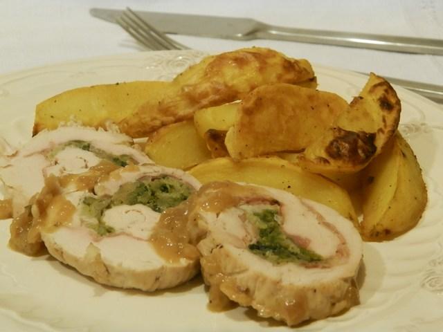 Rotolo di tacchino ripieno di speck e verza con patate alla curcuma