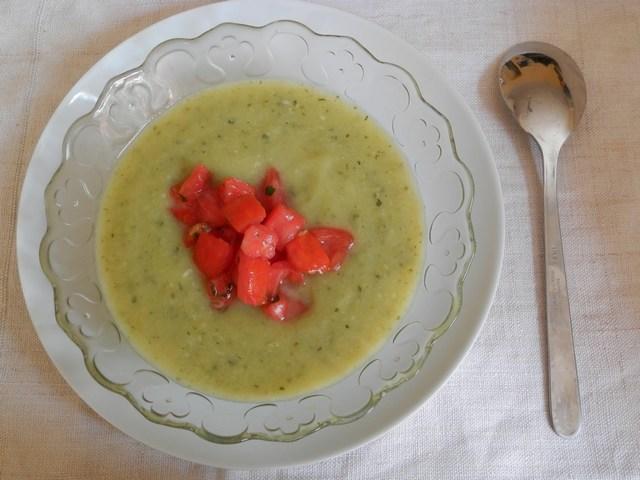 Crema fredda di zucchine con pomodori alla menta