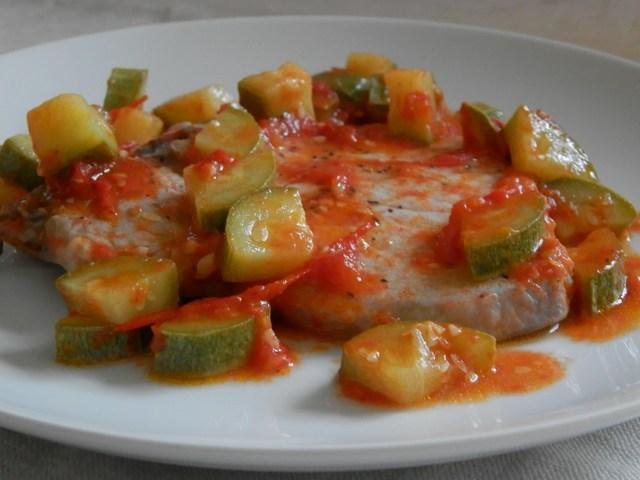 Bistecche cotte in sugo di verdure estive