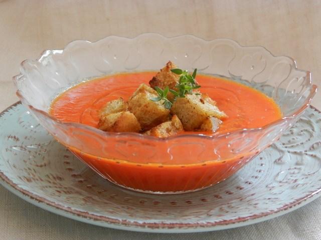 Crema di peperoni e cipollotti con crostini di farro al curry