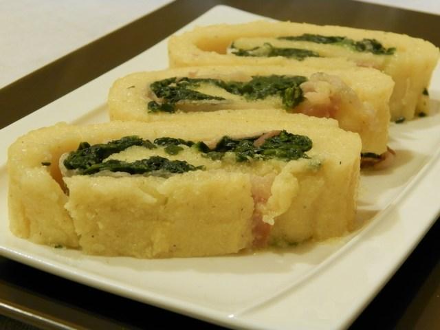 Rotolo di polenta ripieno agli spinaci e bacon