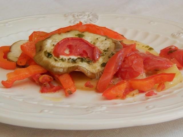 Tiella melanzane e peperoni al profumo di prezzemolo e aglio
