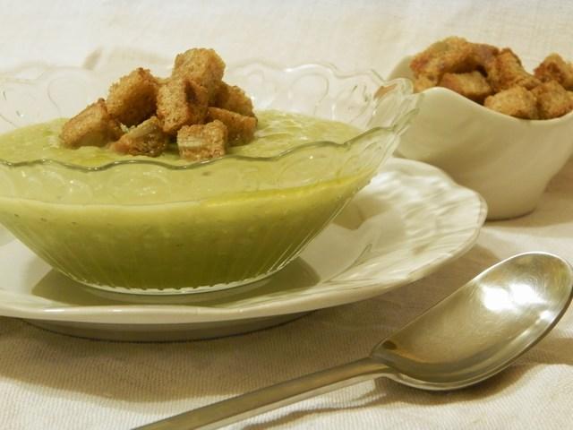 Crema di zucchine e piselli con crostini integrali piccanti