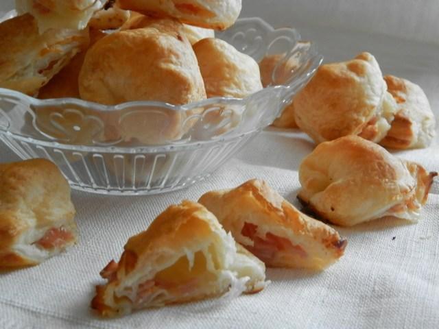 Tortelloni di pasta sfoglia ripieni di mozzarella e mortadella