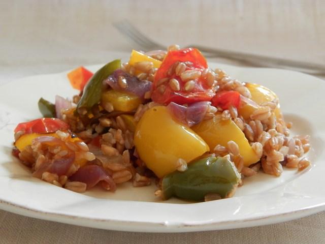 Insalata di farro con verdure estive al forno