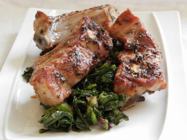 Costine marinate al rosmarino con cime di rapa e olive
