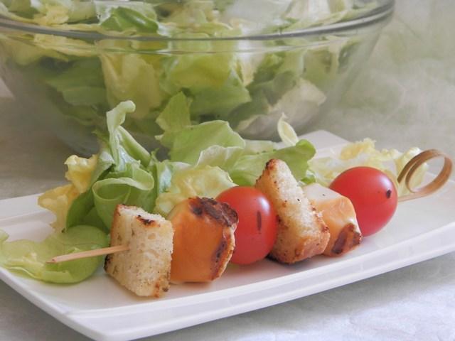 Spiedini con pomodorini e scamorza affumicata