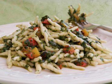 Trofie al pesto di spinaci e peperoni grigliati