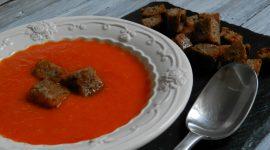 Crema ai peperoni rossi e gialli con crostini al farro e canapa