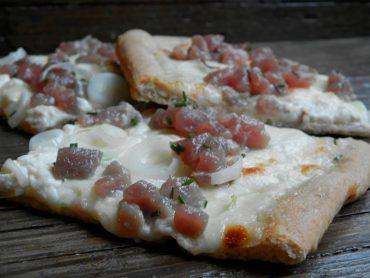 Pizza semintegrale al tonno fresco e burrata