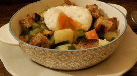 Acquacotta di cicoria e patate con uovo in camicia