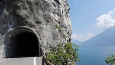 In moto sul Lago di Garda tra la Strada della Forra e le Grotte di Varone