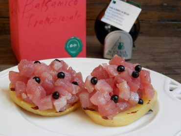 Tartare di tonno con perle di balsamico gelso su patata grigliata