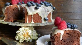 Chiffon cake al cacao con ganache al cioccolato bianco e frutti di bosco