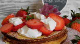 Pancakes con yogurt greco e fragole