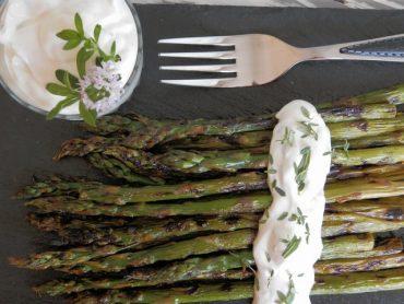 Asparagi grigliati con yogurt greco alle erbe aromatiche