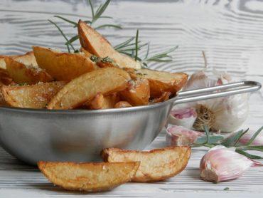 Spicchi di patate novelle fritti all'aglio e rosmarino