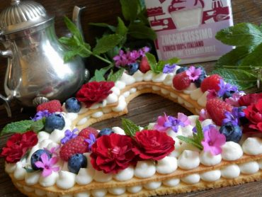 Cream tart con piccoli frutti e rose