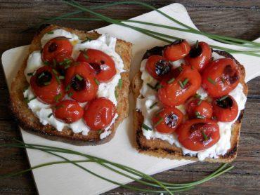 Crostoni con stracchino e pomodorini grigliati