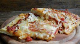 Pizza semintegrale con cipollotti e bacon