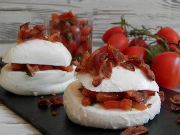 Scodelline di mozzarella ripiene di pomodori al basilico con sbriciolata di bacon croccante