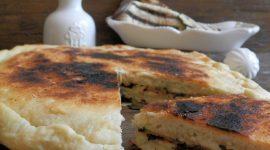 Focaccia in padella ripiena di verdure grigliate e fontina