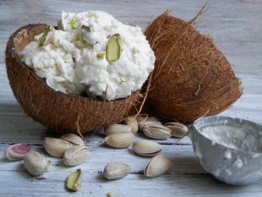 Gelato al cocco fresco con granella di pistacchi