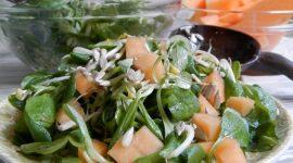 Insalata di valeriana, germogli di soia e melone