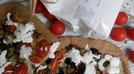 Pizza di farro con melanzane fritte pomodorini e burrata