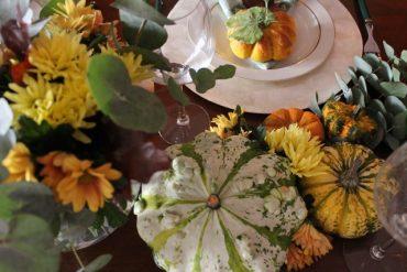 Calda tavola autunnale con zucchette ornamentali
