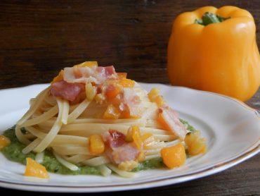 Linguine pancetta e peperone su letto di crema di zucchine e basilico