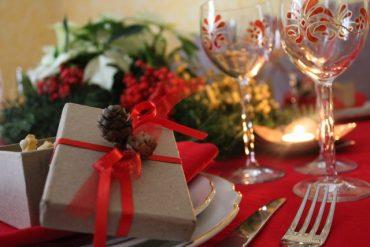 Tavola di Natale in un caldo abbraccio rosso