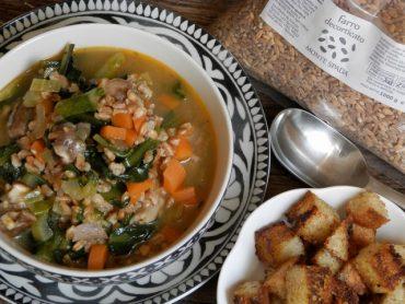 Zuppa rustica di farro e cicoria con crostini profumati al curry