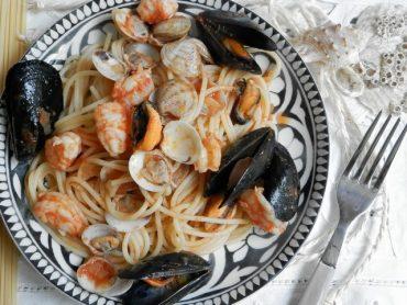 Spaghetti con conghiglie e gamberi
