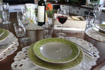 Cena informale in cucina con un tocco romantico