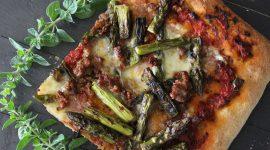 Pizza di farro con asparagi grigliati salsiccia al vino e origano fresco